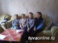 """""""Добрые сердца"""" Чеди-Хольского кожууна Тувы помогли пожилой паре с уборкой дома после зимы"""