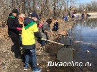 """Семейные команды школ № 2 и 7 города Кызыла помогли """"экорыбалкой"""" очистить протоку в Национальном парке"""
