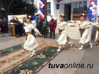 Тува: В Самагалтае участники Первомайского парада пронесли портреты людей Труда кожууна, своих дедов и прадедов