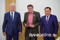 В Туве в честь Первомая вручены государственные награды