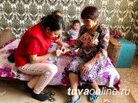 В Туве волонтеры-медики помогают пенсионерам подключиться к цифровому телевидению, а также оказывают консультации по состоянию их здоровья