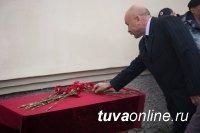 Кызыл: На здании школы № 8 установлена мемориальная доска в честь Евгения Берлова, защитившего собой от взрыва сослуживцев в спецоперации в г. Грозном в 2001 году