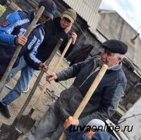 """""""Добрые Сердца Тувы"""" помогли фронтовику вскопать огород"""