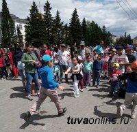 Дети от 0 до 17 лет в Красноярском крае составляют 21,95% населения, Хакасии - 24,09%, в Туве - 37,37%