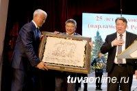 К 25-летию Верховного Хурала Тувы награждены руководители парламента республики разных созывов