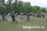 В Тандинском районе Тувы сотрудники Госавтоинспекции провели для детей велогонку