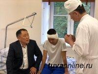 Шолбан Кара-оол навестил подростка, находящегося на лечении в Военно-медицинской академии