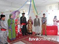 В тувинском селе в День семьи, любви и верности зарегистрирована свадьба археологов из Санкт-Петербурга по тувинским национальным обычаям