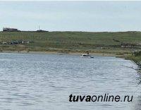Полицию Тувы призывают найти автолюбителя, заехавшего на авто в озеро Дус-Холь