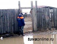 Сотрудники МЧС России оказывают помощь населению в селе Хондергей Дзун-Хемчикского района Тувы, где подтоплены придомовые территории