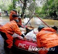 Жителей села Хондергей Дзун-Хемчикского района Тувы через размытые участки подъездной дороги к селу перевозят спасатели