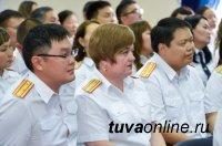 Глава Тувы поздравил ветеранов и сотрудников органов следствия с профессиональным праздником и вручил госнаграды