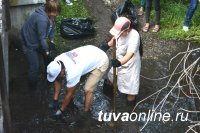 Кызыл: В районе Кожзавода «рыбачили» - из реки Донмас-суг вылавливали накапливавшийся годами мусор
