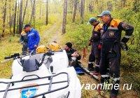 В Туве спасатели МЧС России транспортировали из леса мужчину, повредившего ногу