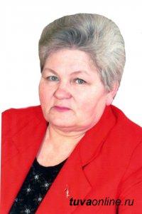 Поздравления с юбилеем принимает Почетный гражданин Кызыла, ветеран образования Людмила Волгина