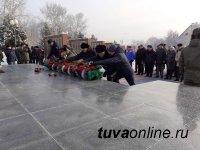 В Кызыле в память о подвиге Неизвестного солдата возложили венки к мемориалу павших воинов