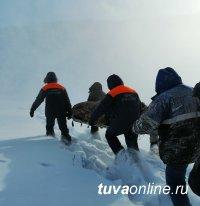 В Туве 11 человек спасали от смерти замерзающего в тайге сборщика дикоросов