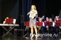 В Тувинской госфилармонии с совместным концертом выступили изящная Мария Селезнева и брутальный Тува JAZZ БЭНД
