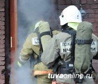 В Туве пожарные эвакуировали из задымленной пятиэтажки 15 жильцов