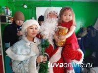 В Туве новогодние подарки от сенатора детям доставили на дом