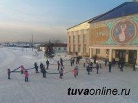 В Туве работники культуры провели акцию «Живая елка»