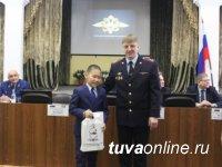 В МВД Тувы школьника из города Чадан наградили за честность
