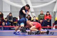 В Туве проходит первенство СФО по вольной борьбе среди юношей до 18 лет