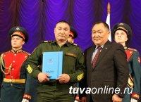 Глава Тувы Шолбан Кара-оол поздравил ветеранов ВОВ, военных и мужчин республики с Днем защитников Отечества