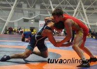 В Туве соревнования среди юниоров в вольной борьбе посвятили 75-летию Великой Победы