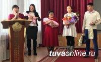 В Туве вручили свидетельства о рождении девочек-близняшек, появившихся на свет 02.20.2020 года