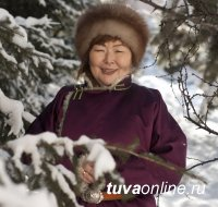 Поздравления с Днем рождения принимает директор Кызылского колледжа искусств Айланмаа Кан-оол