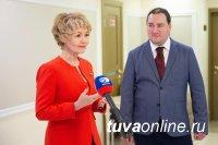 Дина Оюн открыла в Совете Федерации выставку питерского художника Павла Еськова