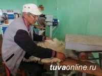 В Туве отметили лучших участников проекта «Выделка шкур»
