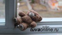 В столице Тувы полуторагодовалая девочка упала с четвертого этажа