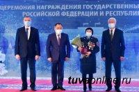 Глава Тувы на новогодней церемонии вручил отличившимся землякам государственные награды