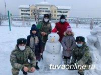 В Туве сотрудники Росгвардии помогли детям из соццентра слепить снеговика