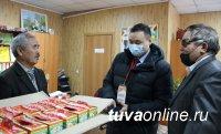 В Туве единороссы поздравили с Новым годом детей с нарушениями зрения