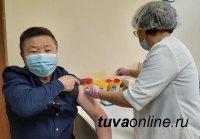В Туве медиков прививают от COVID-19