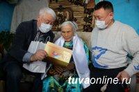 Единороссы Тувы поздравили с 89-летием ветерана партии