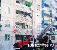 В Улуг-Хемском районе Тувы сотрудники МЧС России на пожаре спасли молодого мужчину