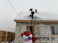 В Туве молодогвардейцы помогают пожилым людям убирать снег с крыш