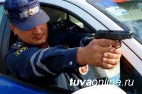 В Туве полицейские решили пресечь опасное вождение выстрелом в автомобиль