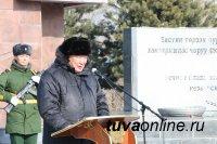 В Туве к мемориалам памяти павшим в День защитника Отечества возложены цветы