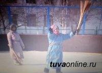 В Туве на 8 Марта женщины сразятся метлами в пешем хоккее с мячом