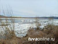 В Туве до сих пор ищут тело утонувшего мужчины, провалившегося под лед 4 апреля