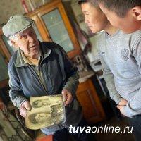 """""""Добрые Сердца Тувы"""" вымыли окна в квартире ветерана Великой Отечественной войны"""