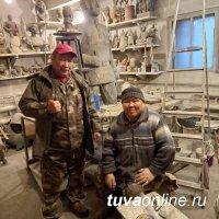 Потомки легендарного борца и воина-кавалериста Бегзи-Хуурака Донгака установили 9 мая памятник герою в сумоне Хендерге (Тува)