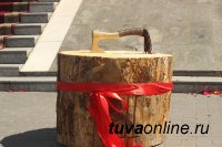 """На площади у музея Тувы """"взлетает"""" топор. 15 мастеров изготавливают на конкурс деревянные скульптуры"""