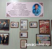 Школе села Бажын-Алаак присвоено имя Народного писателя Тувы Чылгычы Ондара (1955-2020). Рядом со зданием установлена коновязь