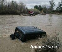 Течением реки Нарын в приграничном с Монголией Эрзинском районе Тувы унесло УАЗ с двумя людьми